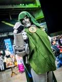 Cosplayer en tant que docteur Doom de caractère de merveille images libres de droits