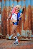 Cosplayer flicka i den Harley Quinn dräkten Royaltyfri Fotografi