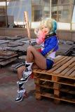 Cosplayer flicka i den Harley Quinn dräkten Arkivbilder