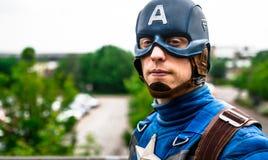 Cosplayer klädde som ' Kapten America ' från förundra sig arkivfoto