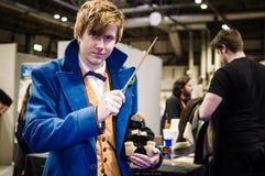 Cosplayer klädde som Newt Scamander Royaltyfri Bild
