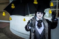 Cosplayer klädde som 'pingvin' från den Batman serien Arkivbilder