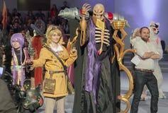 Cosplayer klädde som teckenet Momonga från Overlordanimeserie Arkivbild