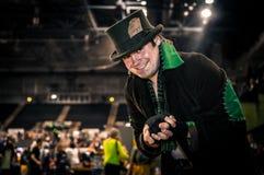 Cosplayer klädde som tokig hattmakare från DC-komiker Fotografering för Bildbyråer