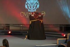 Cosplayer kleedde zich als karakter Momonga van Overlord anime serie Stock Foto's