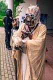 Cosplayer kleedde zich als `-zandpersoon ` van ` Star Wars ` Stock Afbeeldingen