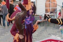 Cosplayer kleidete als Charakter Lulu von Spiel Liga von Legenden an stockbild