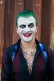 Cosplayer man i jokerdräkt royaltyfri fotografi