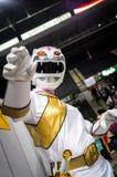 Cosplayer se vistió como carácter del ` salvaje de los Power Ranger de la fuerza del ` Foto de archivo