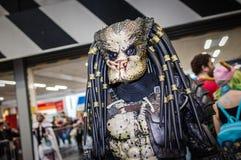 Cosplayer si è vestito come predatore fotografia stock