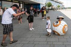 Cosplayer som poserar under komiker, lurar Tyskland i Stuttgart royaltyfri bild