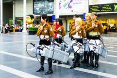 Cosplayer som tecken från attack på jätte. Royaltyfria Foton