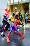 Cosplayer som tecken Kamen Rider och spindelman. Royaltyfri Bild