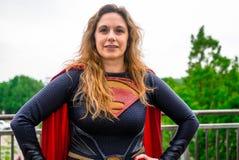 Cosplayer ubierał jak 'Supergirl' od DC komiczek Obraz Stock