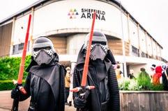 Cosplayers klädde, som `-Kylo Ren ` från ` styrkan väcker `, fotografering för bildbyråer