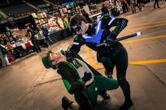 Cosplayers klädde som 'Nightwing' och 'tokig hattmakare' från 'Batman', Royaltyfria Bilder