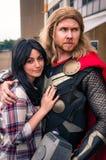 Cosplayers klädde som ' Thor' och ' Jane Foster ' från förundra sig komiker arkivfoton