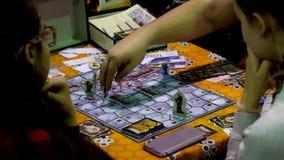 Cosplayers que juega al juego de tabla en el festival de Gamefilmexpo metrajes