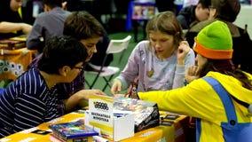 Cosplayers que juega al juego de tabla en el festival de Gamefilmexpo almacen de metraje de vídeo