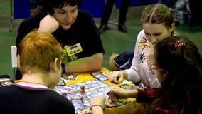 Cosplayers que juega al juego de tabla en el festival de Gamefilmexpo almacen de video