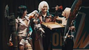 Cosplayers que muestra al diablo puede llorar los trajes de los caracteres en etapa en el festival metrajes