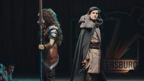 Cosplayers que muestra a caracteres del warcraft los trajes en escena en el festival almacen de video