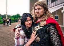 Cosplayers ubierał jako &-x27; Thor&-x27; i &-x27; Jane Foster&-x27; od cud komiczki Fotografia Royalty Free