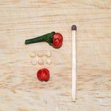 Cosse noire de poivre de perle divisée en deux sur la planche à découper Photos stock