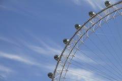 Cosses de grande roue d'oeil de Londres contre le ciel bleu Image libre de droits