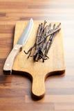 Cosses de vanille avec le couteau image libre de droits