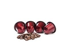 Cosses marron de café avec des grains de café Photographie stock libre de droits