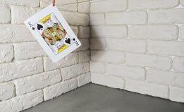 Cosses royales d'instantané de casino de cartes de jeu loisirs Dans la perspective d'un mur blanc photo libre de droits