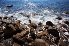 A costa é lavada por ondas de oceano Fotos de Stock