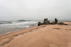 Costa abandonada de la playa del Mar del Japón Arena amarilla, onda del mar, piedras grandes Imagenes de archivo