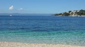 Costa abandonada na Croácia, água transparente clara de turquesa, conceito do curso, região de Dalmácia vídeos de arquivo