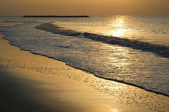 Costa, alba, sabbia, notte, arancia, estate, sole, penombra, nuvole, sole, onda, spiaggia, oro, bellezza, tramonto, baia, cielo,  Fotografie Stock