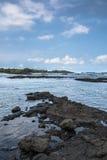A costa ao longo da praia preta da areia na ilha grande, Havaí Imagens de Stock Royalty Free