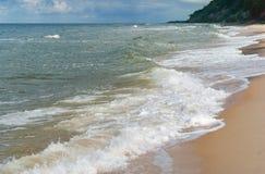 Costa arenosa desigual do mar Báltico, litoral do mar fotografia de stock