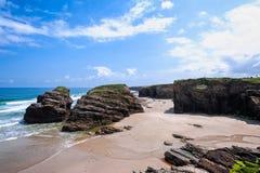 Costa atlántica de la belleza con el acantilado, la playa de catedrales, el océano y s imagen de archivo