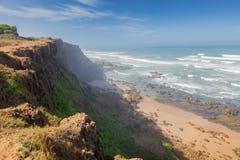 Costa atlántica tempestuosa cerca de la Rabat-venta, Marruecos fotografía de archivo