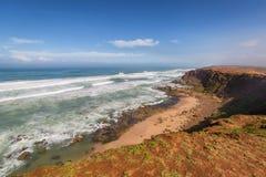 Costa atlántica tempestuosa cerca de la Rabat-venta, Marruecos Foto de archivo