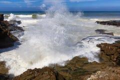 Costa atlántica tempestuosa cerca de la Rabat-venta, Marruecos Imagen de archivo libre de regalías