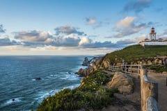 A costa atlântica ao norte de Cabo a Dinamarca Roca com seu farol no por do sol imagem de stock royalty free