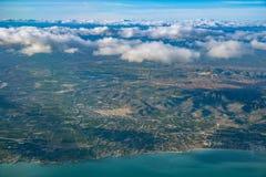 Costa azul del océano con la antena española del paisaje de la montaña Imagenes de archivo