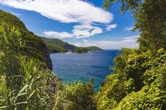 Costa costa azul y verde en la isla de Corfú, Paelokastrica, Grecia imagen de archivo