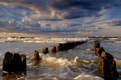 A costa Báltico polonesa durante uma tempestade do outono, Kolobrzeg fotos de stock royalty free