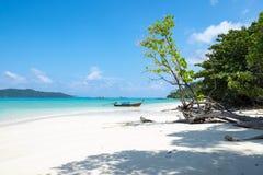 Costa bianca della sabbia e barca di legno del longtail in mare il mare delle Andamane Fotografia Stock