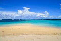 Costa bianca della spiaggia sabbiosa con l'orizzonte dell'acqua del mar dei Coralli del turchese ed il bello cielo della nuvola a fotografia stock libera da diritti