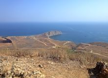 Costa bonita, montes, mar brilhante e céu Fotos de Stock