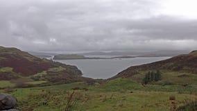 A costa bonita pelo fiscavaig no outono na ilha de Skye, Escócia vídeos de arquivo